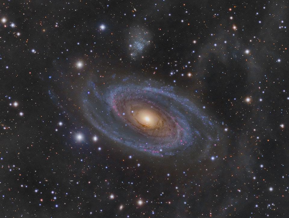 Velká spirální galaxie M81 a Arpova smyčka