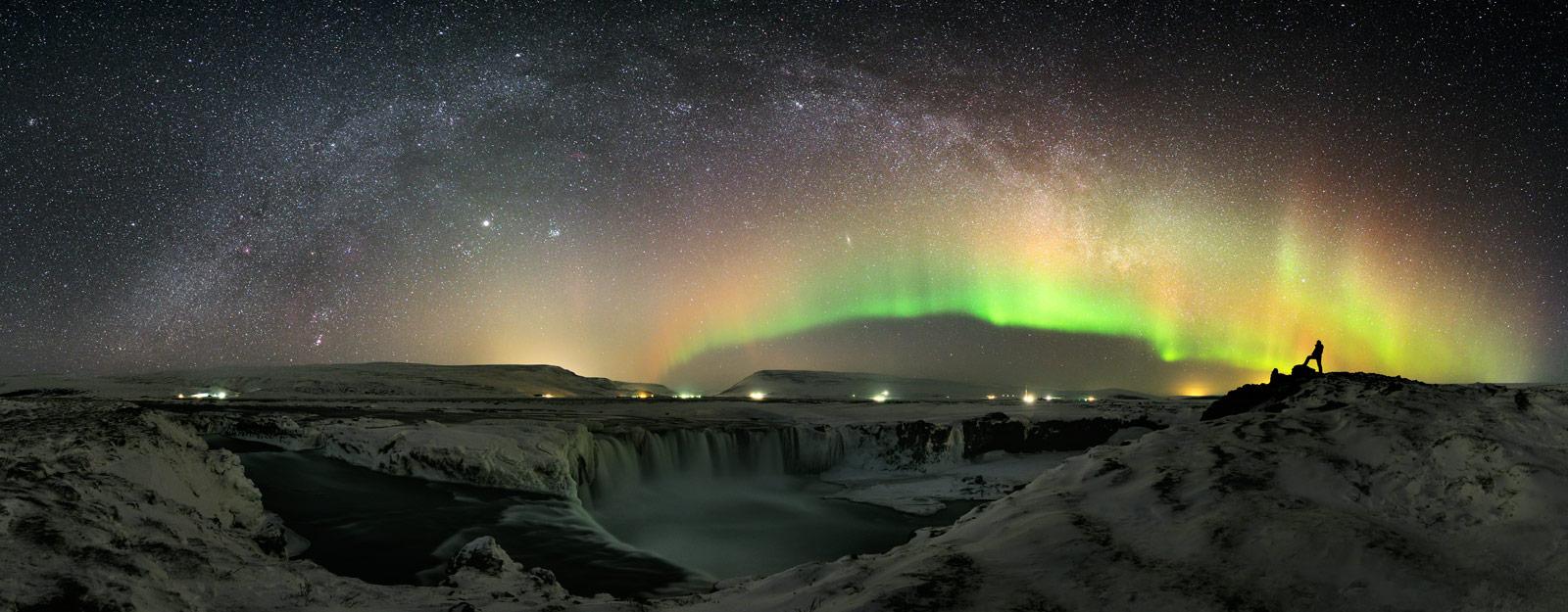 La cascada y el mundo de noche