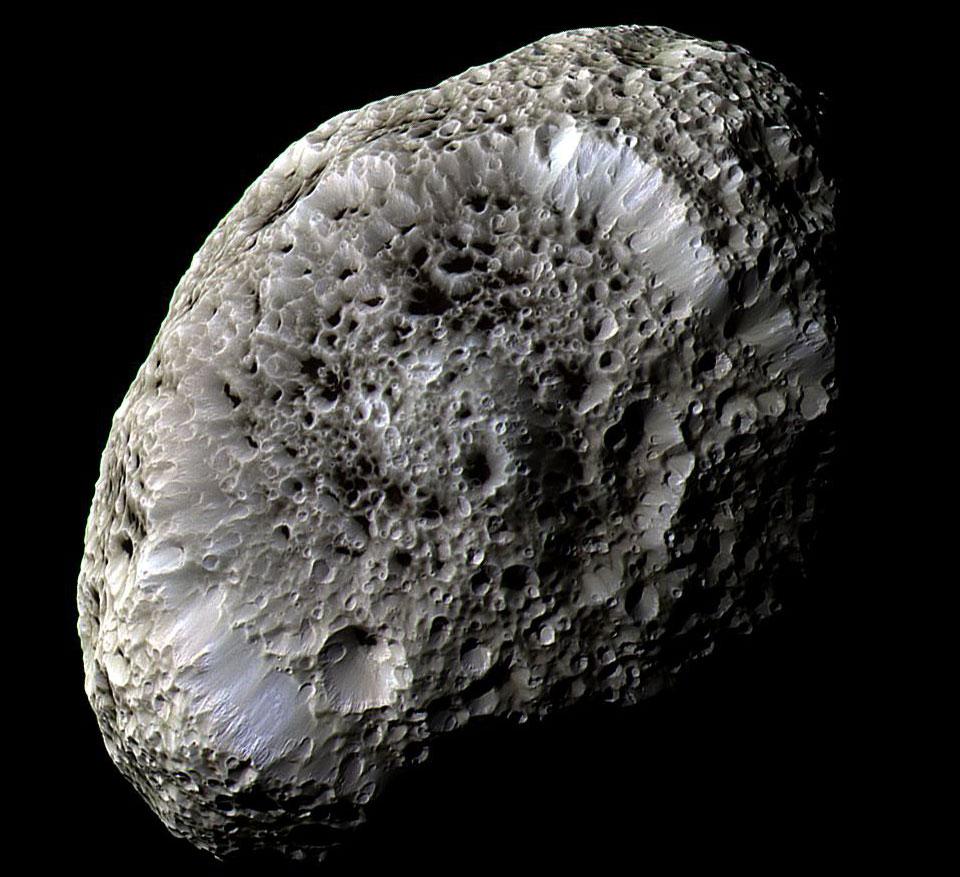 Hyperion de Saturno: un satélite con extraños cráteres