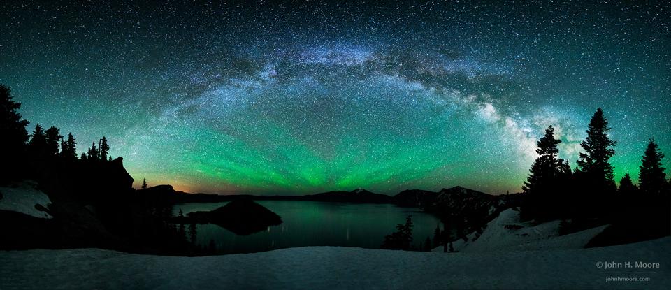 Vía Láctea sobre el Crater Lake con luminiscencia