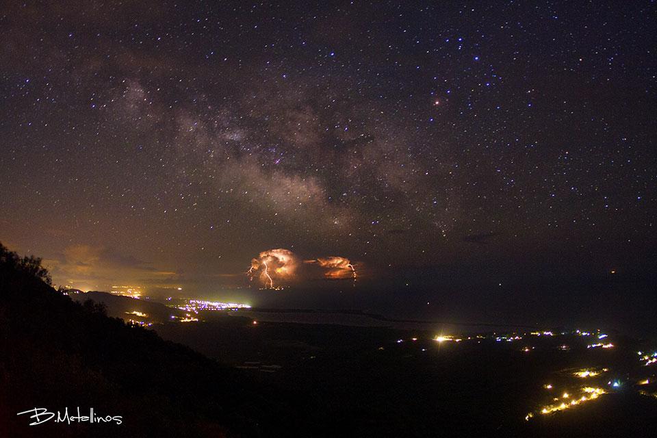 Estrellas y rayos sobre Grecia