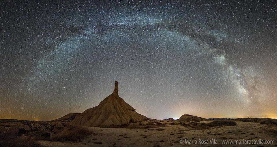 La Vía Láctea sobre las Bardenas Reales de España
