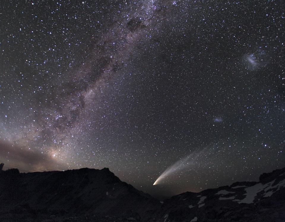 Tres galaxias y un cometa