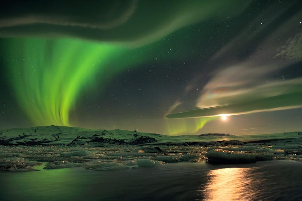 Aurora y nubes insólitas sobre Islandia