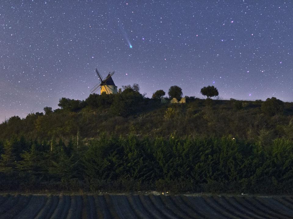 El cometa Lovejoy sobre un molino