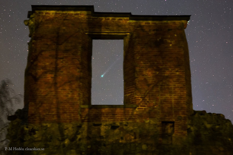 Cometa Lovejoy a través de las ruinas del Castillo Mörby