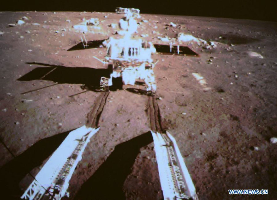 El rover Yutu rueda sobre la Luna