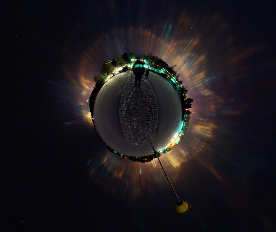 Pilares de luz desde un pequeño planeta