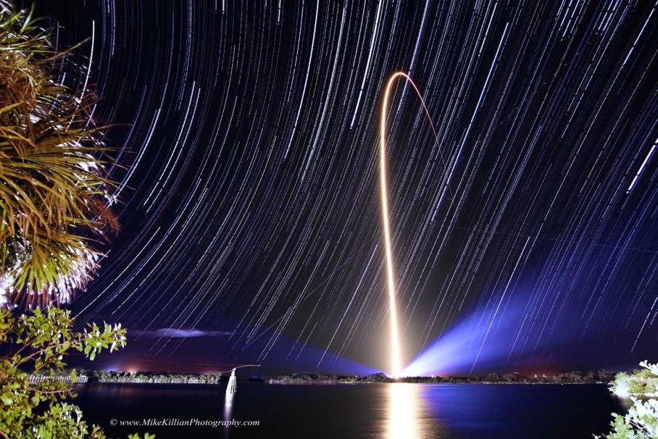 Raya de cohete y rastros estelares