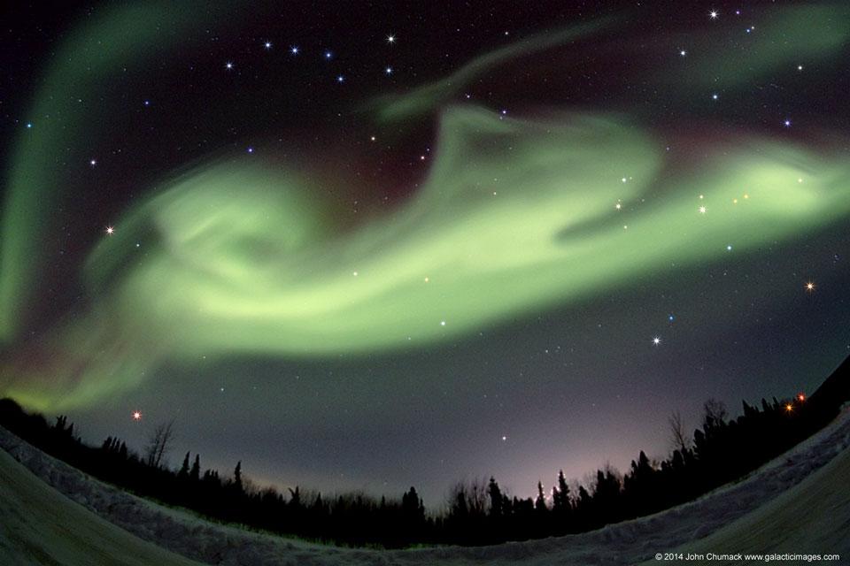 Aurora con forma de perro sobre Alaska