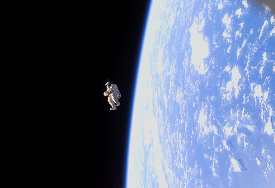 SuitSat-1: un traje espacial que flota libre