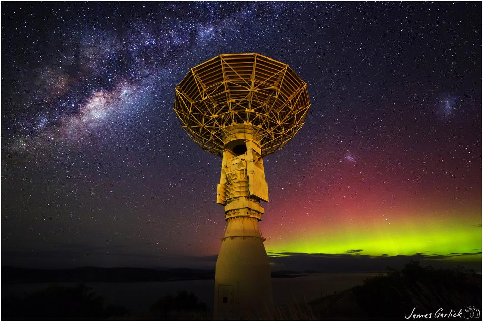 Estación de satélites y cielo del sur