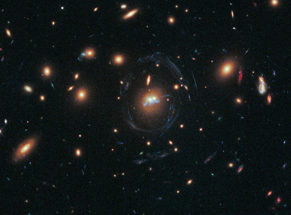 Un puente azul de estrellas entre las galaxias de un cúmulo
