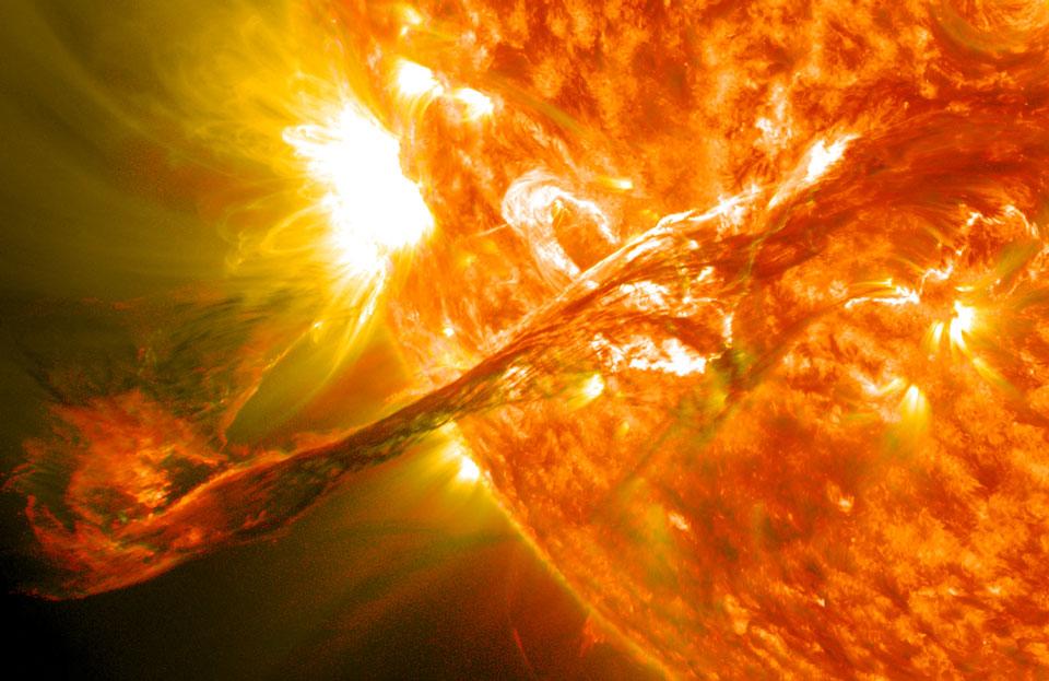 Un filamento solar entra en erupción