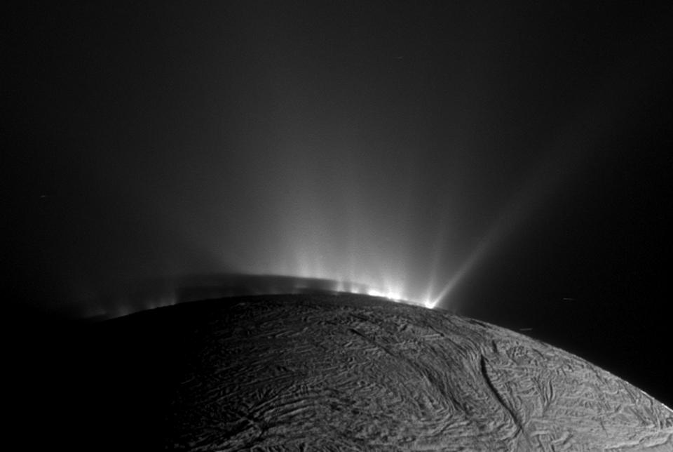 Stíny a chrlení na Enceladu