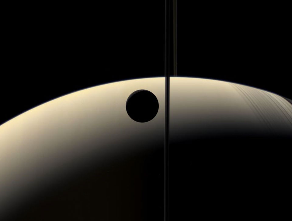 Crescent Rhea occults Crescent Saturnus