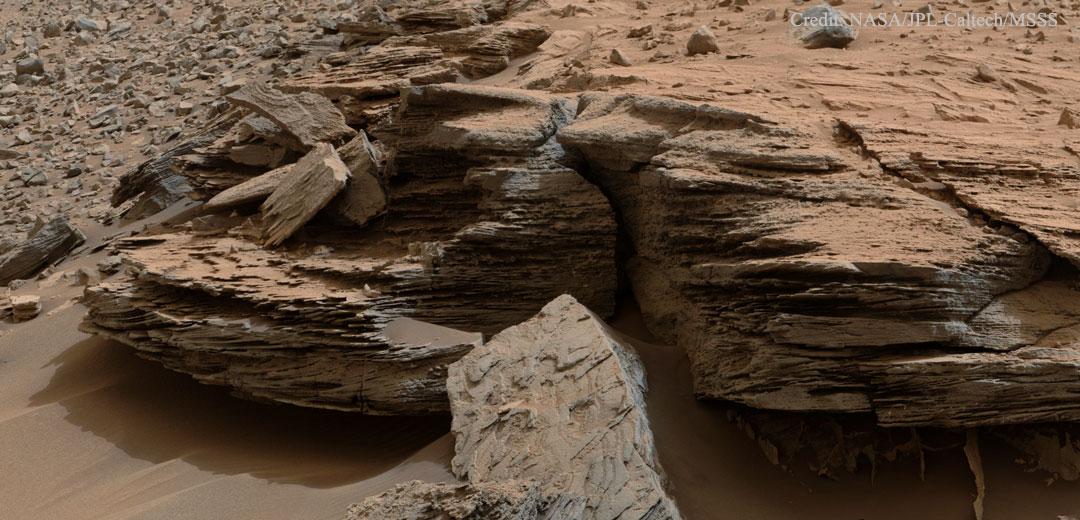 Rocas estratificadas cerca del Monte Sharp en Marte