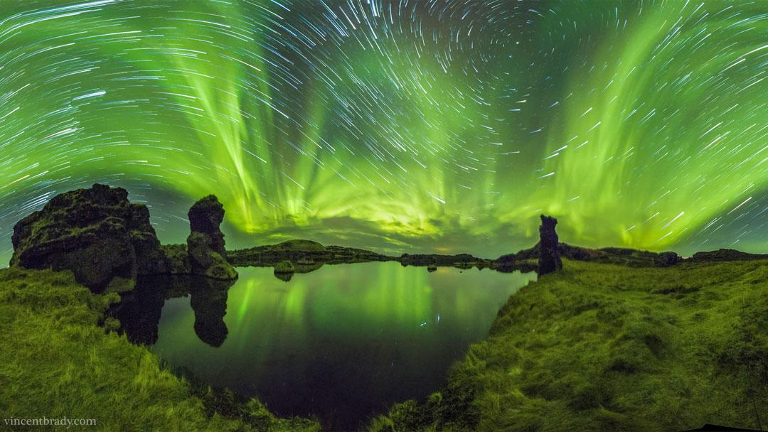 Auroras y rastros de estrellas sobre Islandia