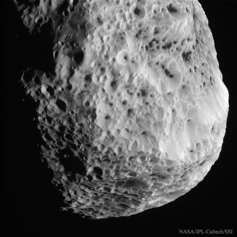 Sobrevolando Hyperion, el satélite esponja de Saturno
