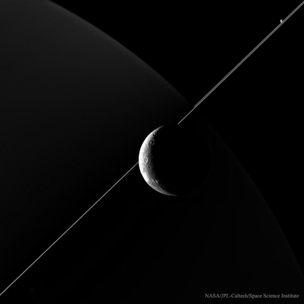 007 - APOD - JULI 2015. DioneCompany_Cassini_1020
