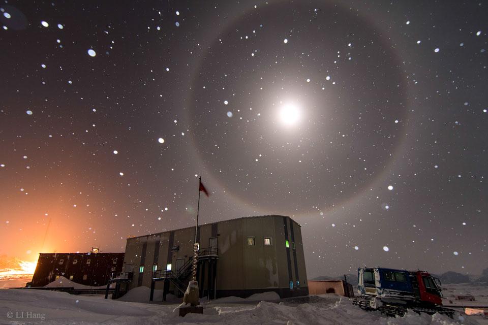 Un halo de Luna azul sobre la Antártida