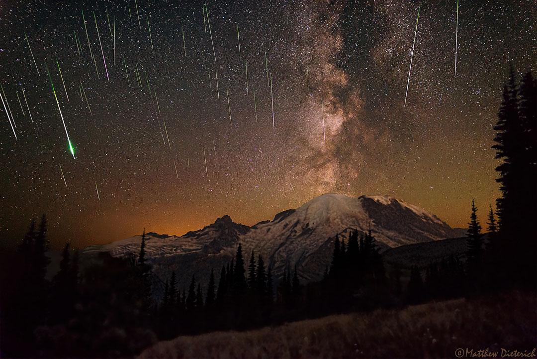 Meteoros y Vía Láctea sobre el Monte Rainier
