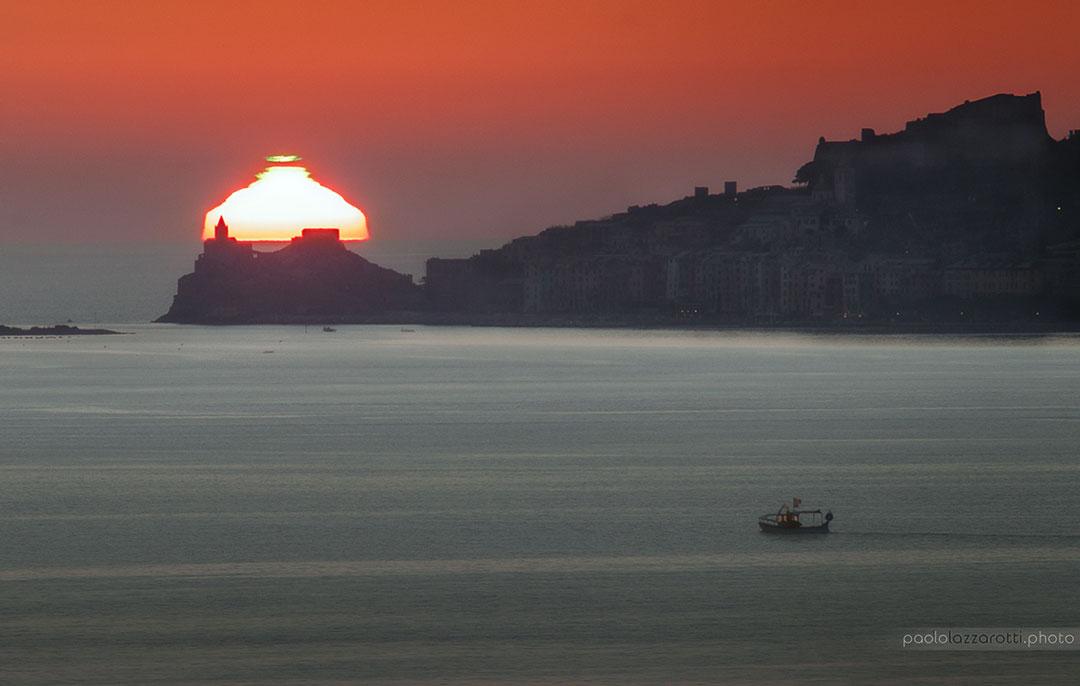 Puesta de Sol distorsionada con flash verde sobre Italia