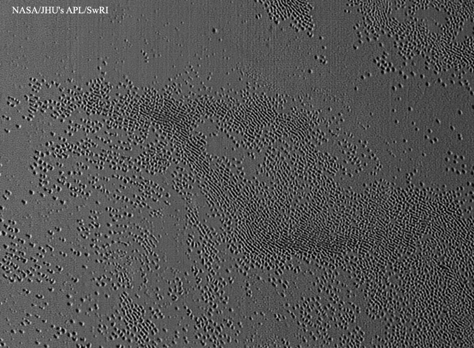 Extraños agujeros descubiertos en Plutón