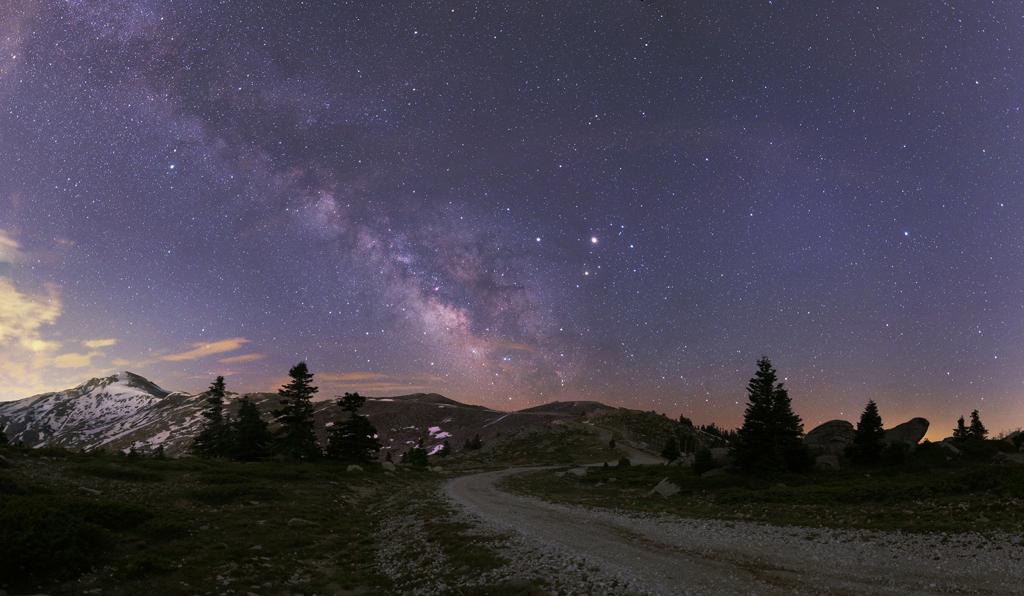 La Vía Láctea y los planetas cerca de la oposición