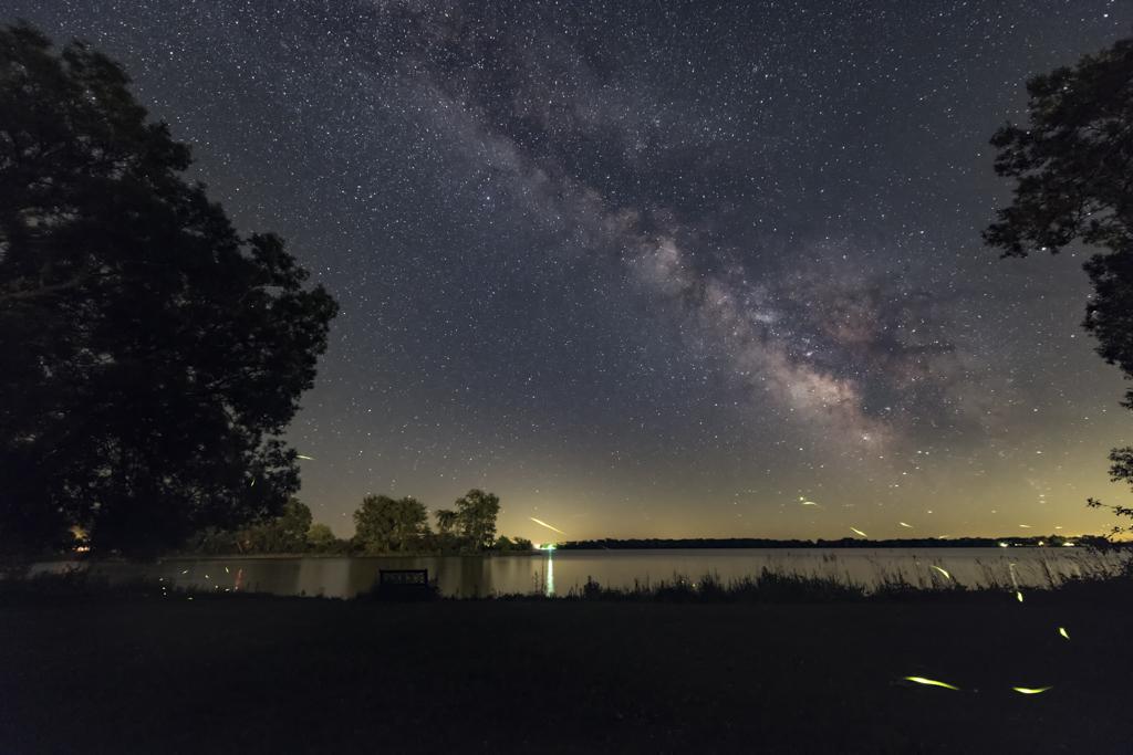 Rastros de luciérnaga y Vía Láctea de verano