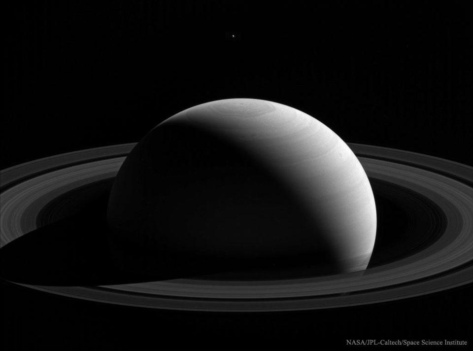 Detrás de Saturno