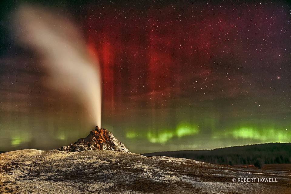 Aurora sobre el géiser White Dome