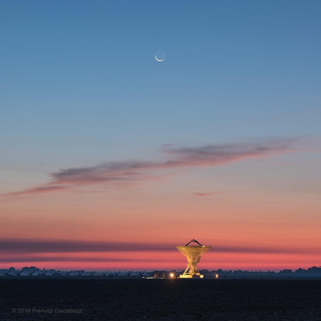 Crepúsculo con la Luna, Mercurio y radiotelescopio