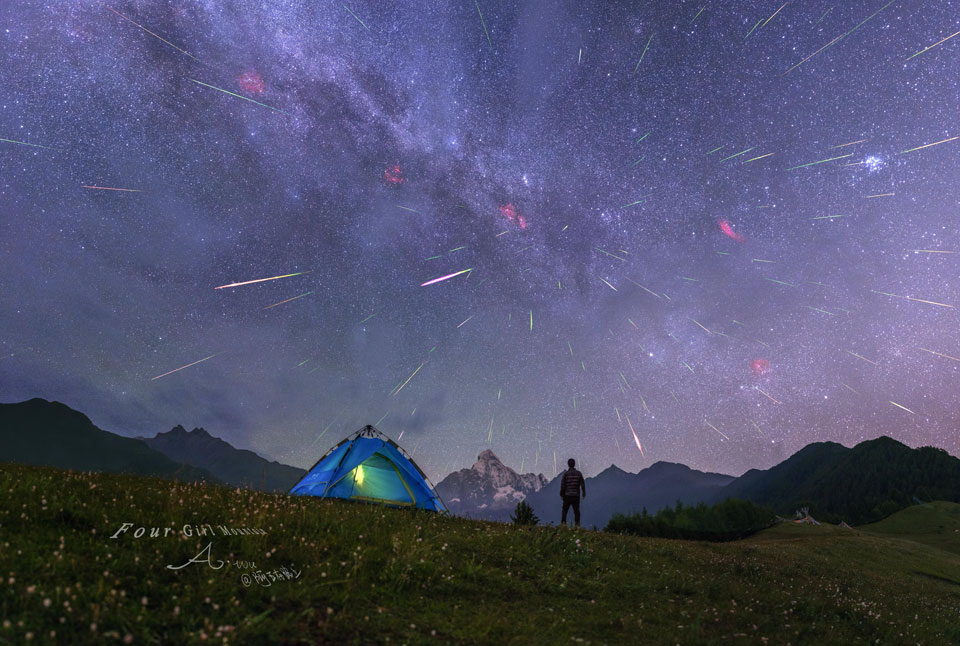 Meteoros por encima de la montaña de las Cuatro Chicas