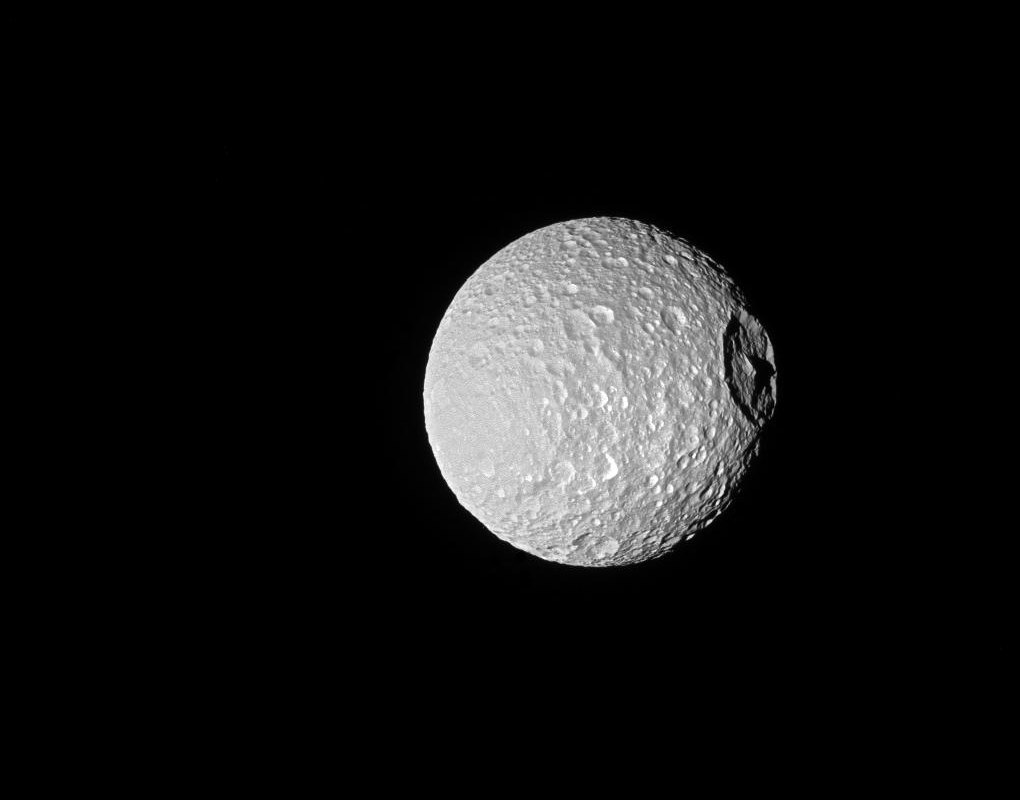 Mimas, kráter a hora