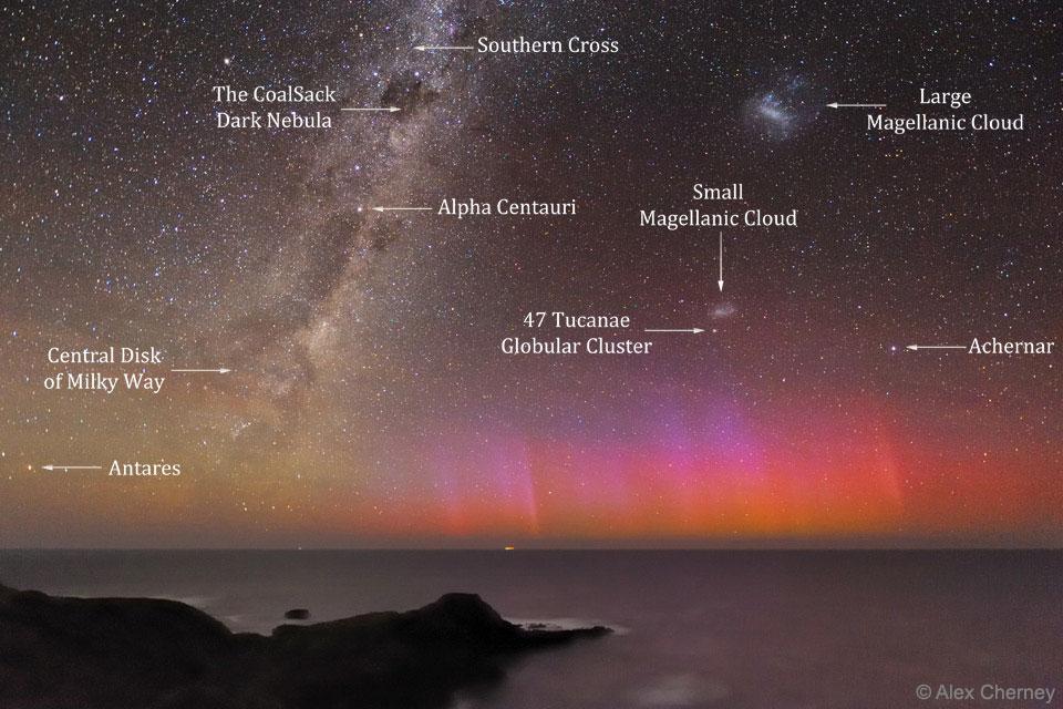 Červená polární záře nad Austrálií