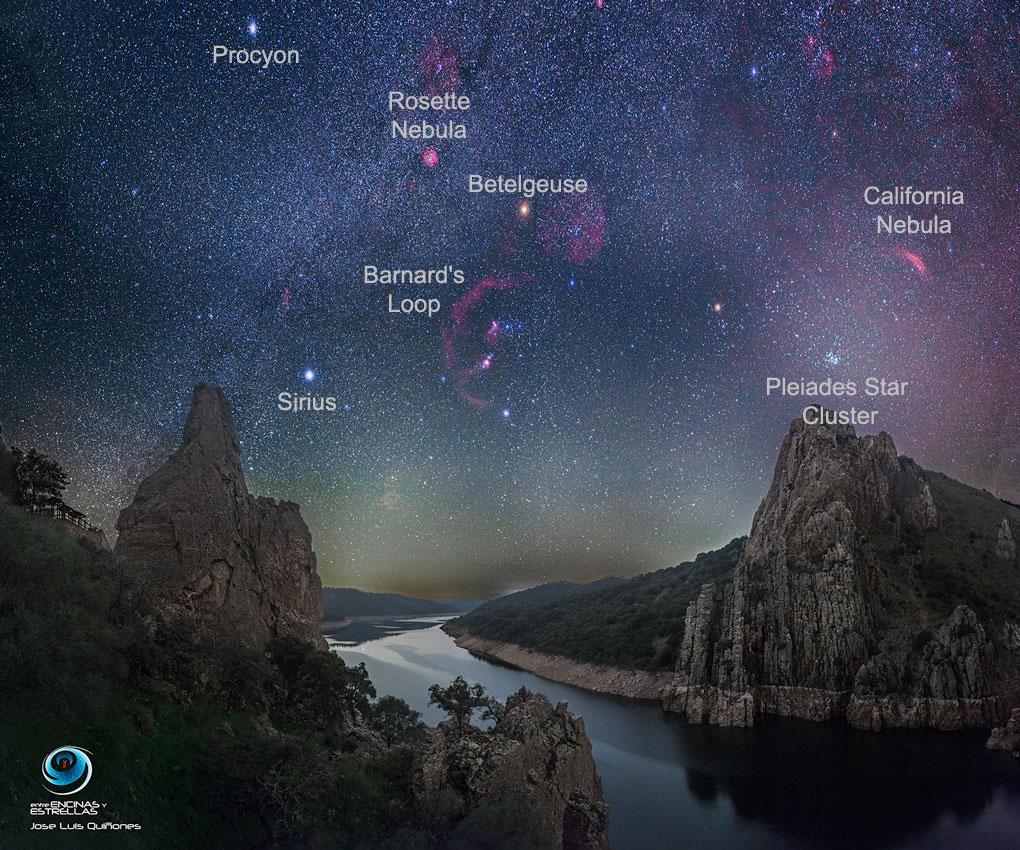 Un oscuro cielo de invierno sobre el Parque Nacional Monfragüe en España