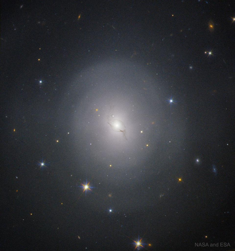 NGC 4993: el hogar galáctico de una explosión histórica