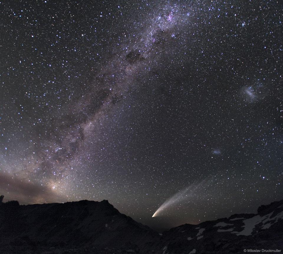 Tři galaxie a kometa
