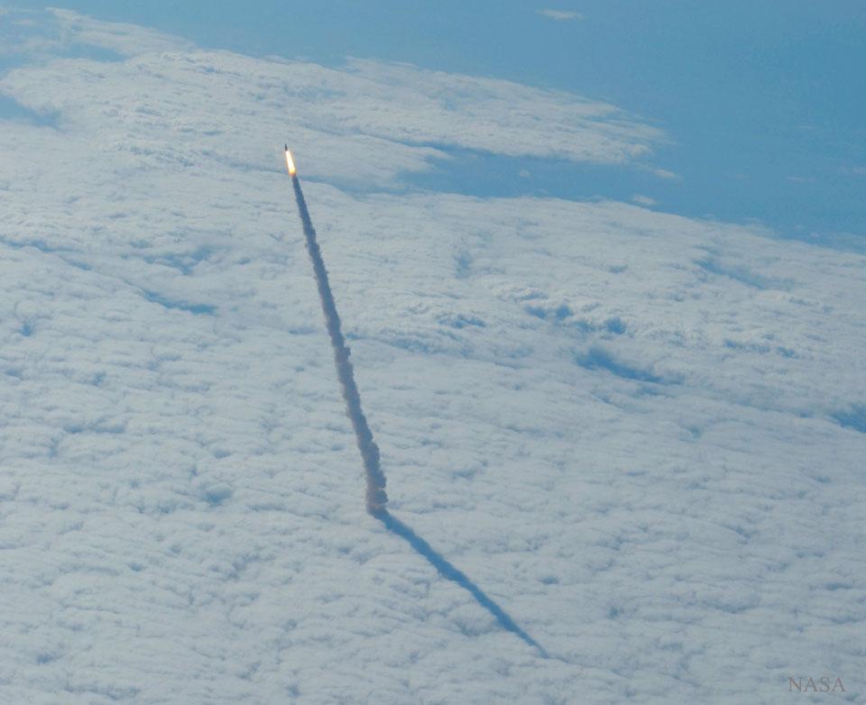 Transbordador espacial elevándose