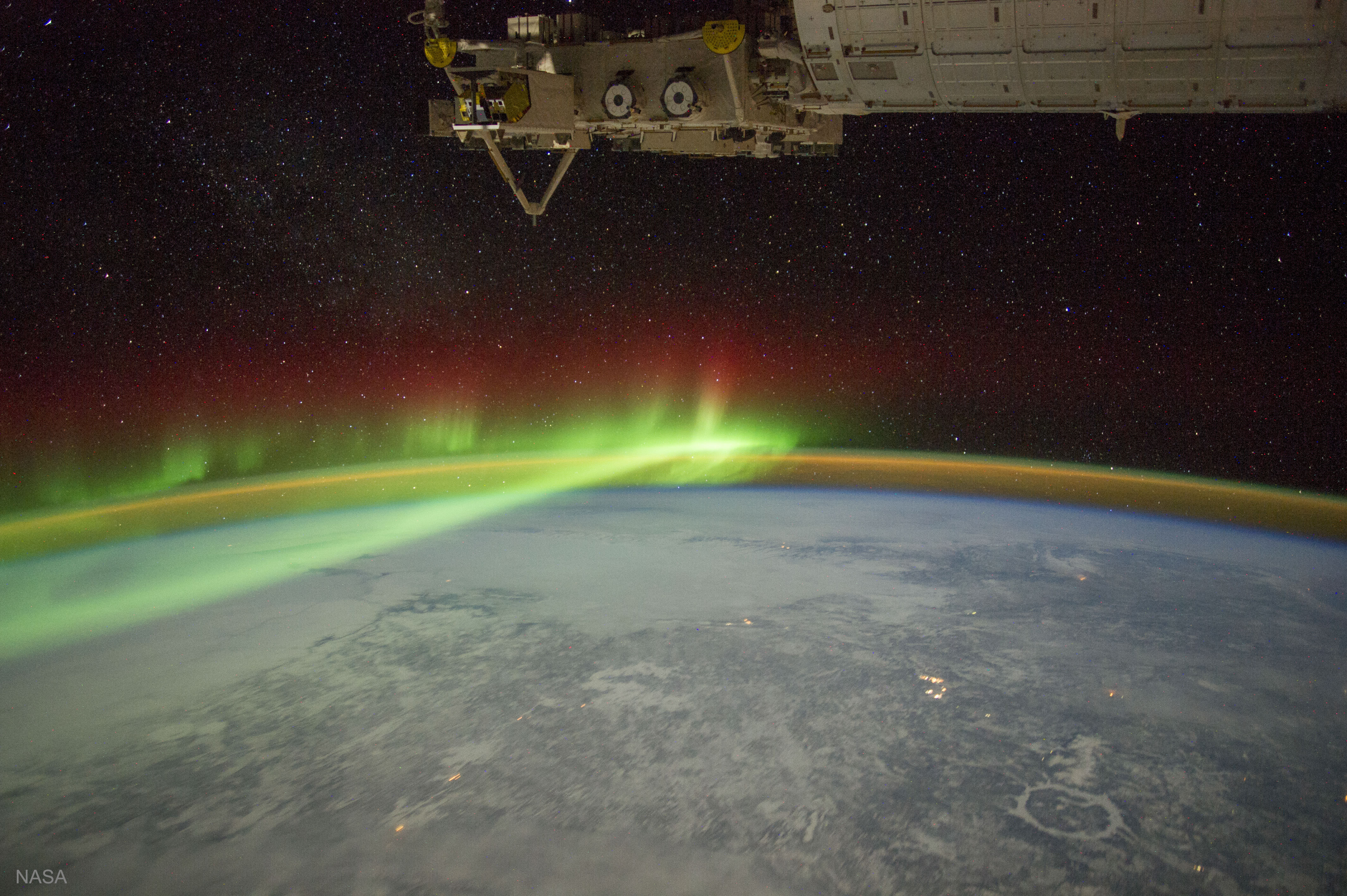 [ASTRONOMIA]   Aurora and Manicouagan Crater from the Space Station