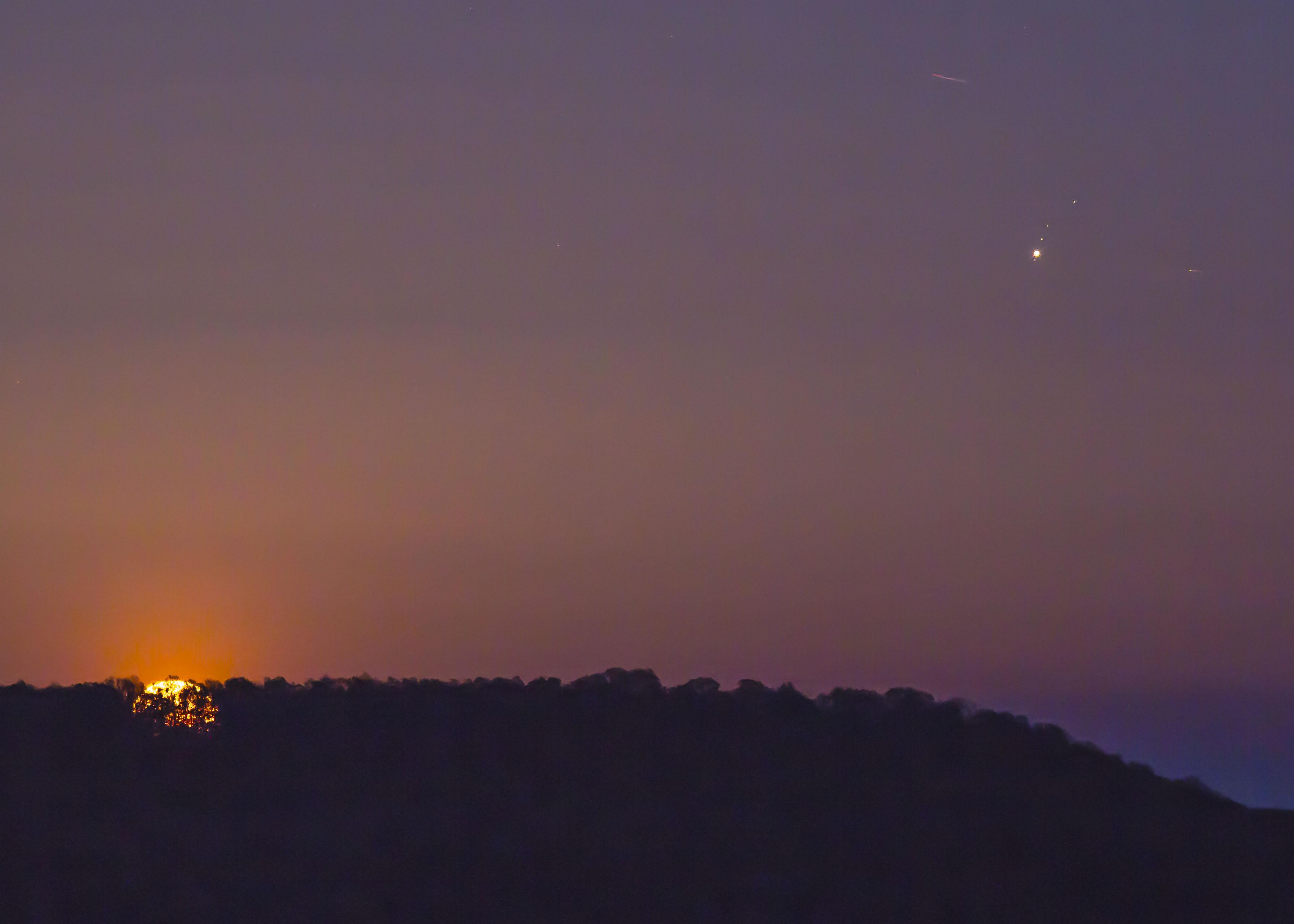 040 - MAJ - 2018. Jupiter-and-moon-rising-Spencer