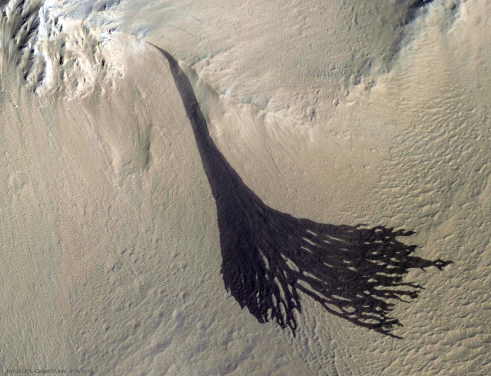 Dark Slope Streaks Split on Mars