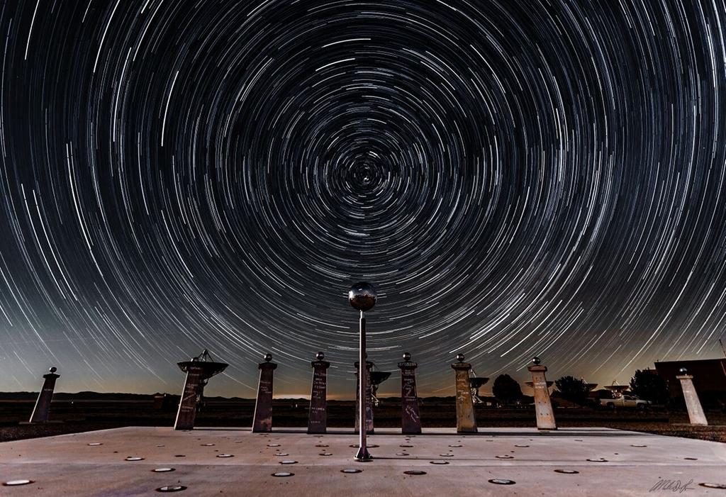 Rastros de estrellas y el reloj de sol de radio de Bracewell