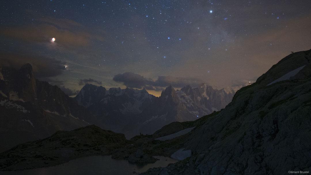 Luna eclipsada y Marte sobre las montañas