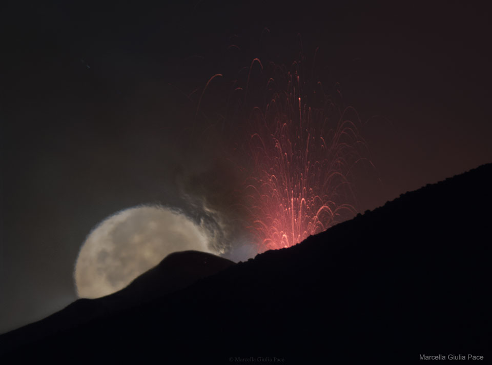 La luna detrás de la fuente de lava