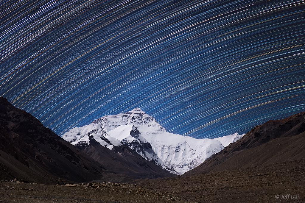 Rastros de estrellas en el Monte Everest