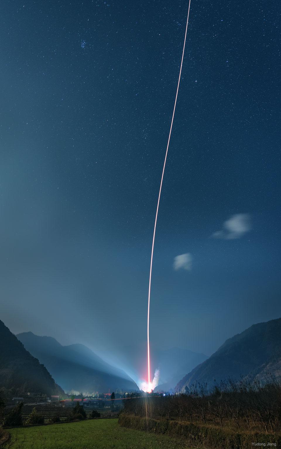 Lanzamiento de cohete entre montañas