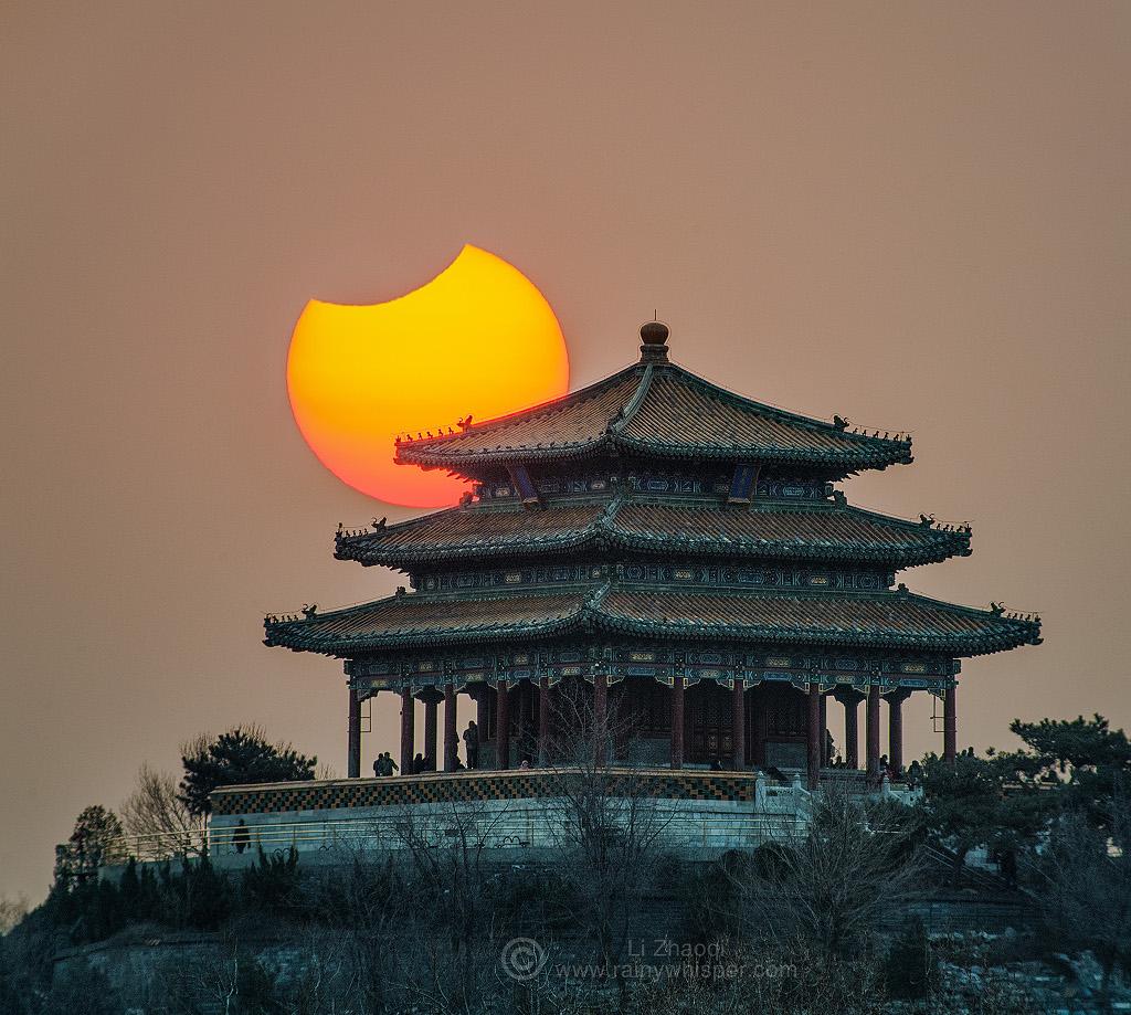 Částečné zatmění nad Pekingem