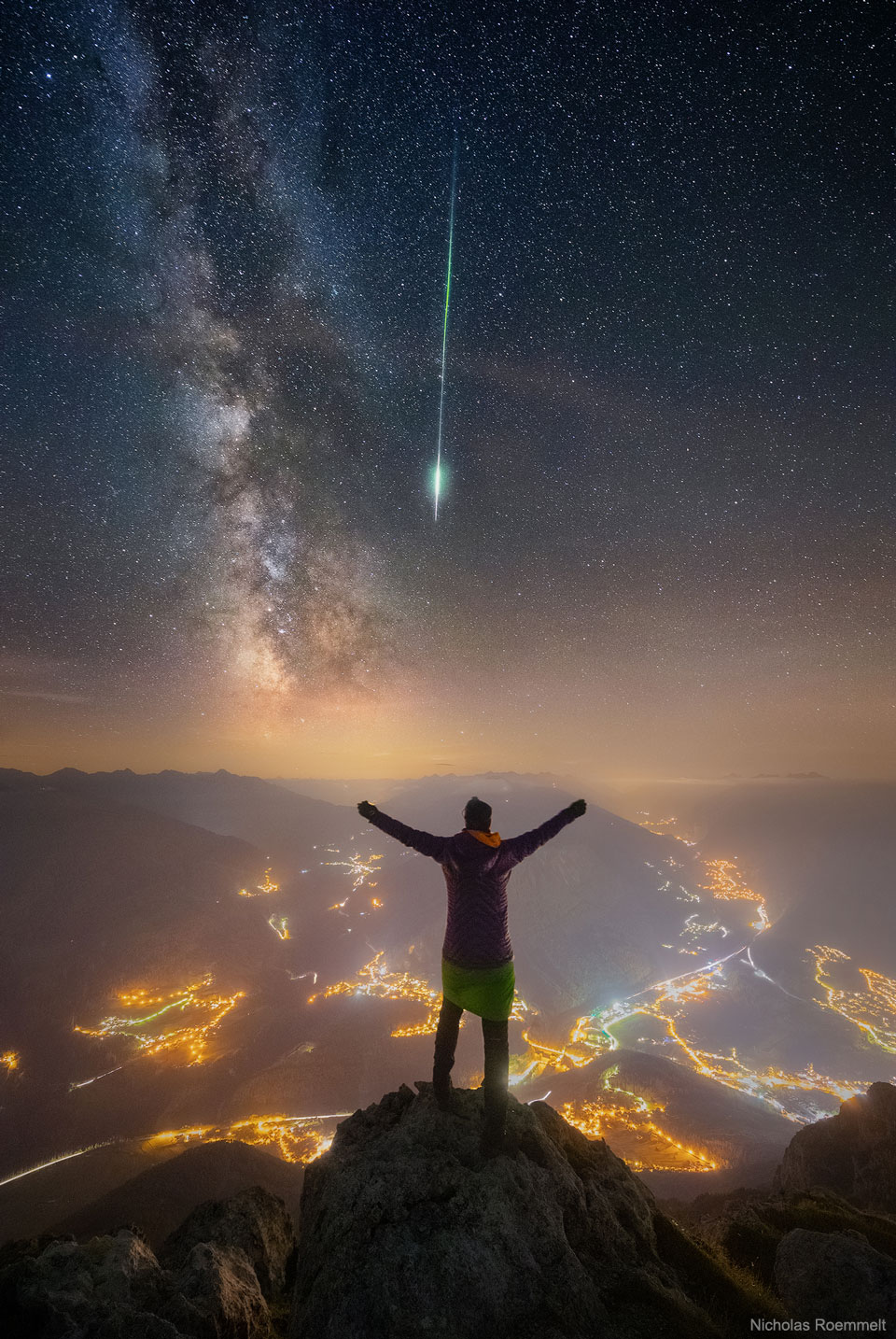 Meteoro y Vía Láctea sobre los Alpes